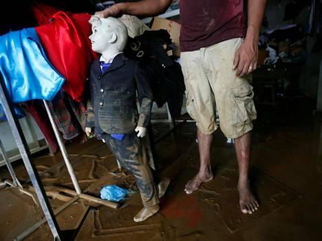 Vaatturiliikkeen omistaja tutkii tulvan tuhoja Biyagamassa Sri Lankassa.