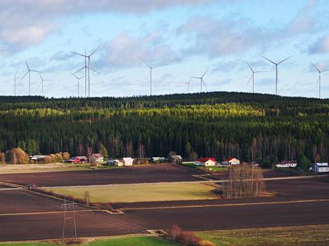 Tuulivoima saavutti viime vuonna uuden vuosituotantoennätyksen. Kuva Santavuoren tuulivoimapuistosta Ilmajoelta.