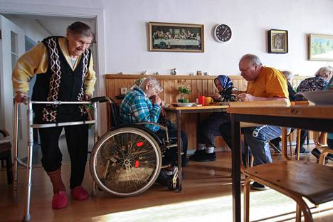 Anna Mononen (vas.) saapui Mariakodin ruokasaliin lounaalle. Hän päätyi hoivakotiin neljä vuotta sitten, kun yksin asuminen kotikylässä kävi mahdottomaksi.
