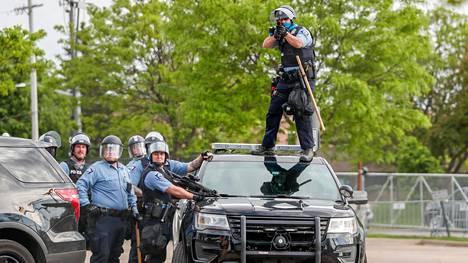 Poliisi tähtäsi mielenosoittajia Minneapolisissa keskiviikkona.