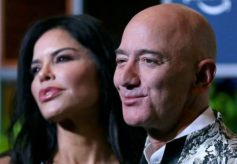Jeff Bezos ja tv-juontaja sekä helikopterilentäjä Lauren Sanchez poseerasivat toimittajille yritystapahtuman jälkeen Mumbaissa, Intiassa 16. tammikuuta 2020.