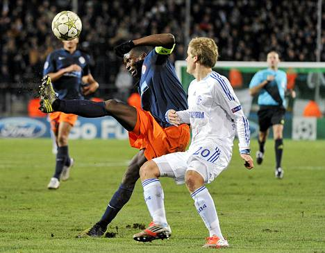 Teemu Pukki taistelee pallosta Montpelliersin Mapou Yanga-Mbiwan kanssa.