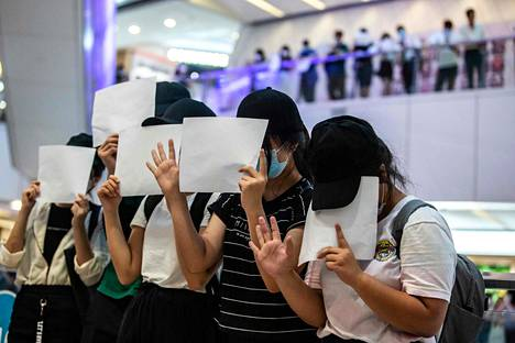 Hongkongilaiset mielenosoittajat järjestivät uuden turvallisuuslain vastaisen mielenilmauksen maanantaina. Lain myötä Hongkongin itsenäisyyttä tai vapautta puolustavat poliittiset näkemykset, iskulauseet ja symbolit on luokiteltu laittomiksi.
