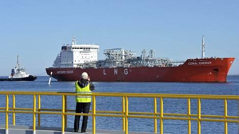 Hinaajat avustivat sunnuntaina Coral Energy -aluksen Porin Tahkoluotoon.