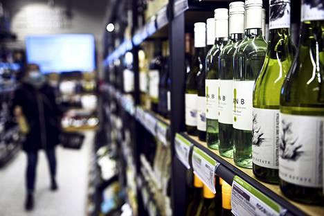 Uudenvuoden juomien ostoa Alkon myymälässä Helsingin Ruoholahdessa 30. joulukuuta 2020.