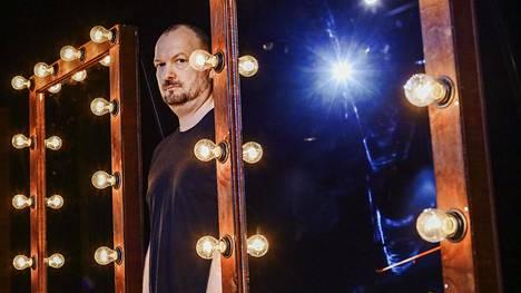 """Kristian Smeds on yksi Suomen kansainvälisesti tunnetuimmista ohjaajista. """"Rakastan teatteria, rakastan taidetta, koska siinä on pelastavaa voimaa. Sitä se on ollut minulle, ja se antaa minulle valtavat voimat. Niin on ollut ihan alusta alkaen."""""""