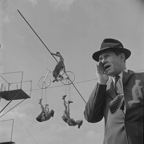 """""""Miten sirkus pystytetään"""", julkaistu: 25.5.1948. Lookin toimittajat lähettivät Kubrickin sirkuksen 80 hehtaarin talvipaikkaan Floridan Sarasotaan"""