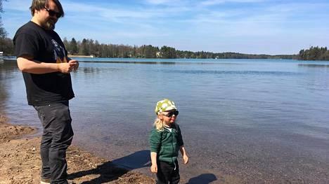 Joonas Saralehto ja 2-vuotias Kaarlo Saralehto ihastelivat kirkastunutta Littoistenjärveä perjantaina.