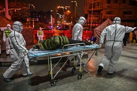 Koronaviruspotilasta kuljetettiin sairaalaan Wuhanissa 25. tammikuuta 2020.