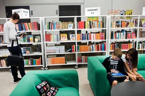 Suomeen suunnitellaan yhtä digikirjastoa. Sisarukset Emma ja Niko Meriheinä kirjaston e-palveluiden äärellä vuonna 2016.
