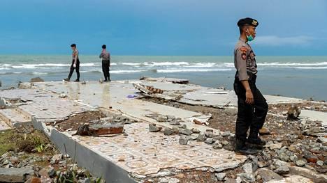 Poliisi etsi uhreja rannalla Pandeglangissa jouluaattona.