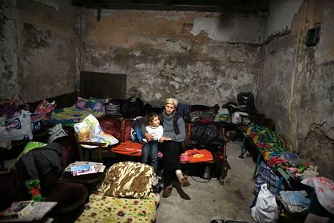 Donetskilaisia istui Itä-Ukrainan taisteluilta suojassa perjantaina. Kaupungin asukkaat ovat joutuneet etsimään suojaa jo yli neljän kuukauden ajan, kun niin sanotun Donetskin kansantasavallan perustaneet Venäjän-mieliset kapinalliset ja Ukrainan armeija ovat ottaneet yhteen.