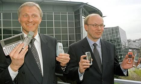 Nokian johtajat Anssi Vanjoki (vas) ja Matti Alahuhta esittelivät lehdistölle uusia Nokia kännykkämalleja Cebit-messuilla Hannoverissa maaliskuussa 2002.