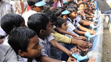 Pienet koululaiset osallistuivat käsienpesutempaukseen Intiassa joulukuussa 2015.