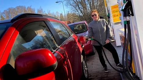 Sari Kuhanen tankkasi huokeaa 95-oktaanista keskiviikkoaamuna Vartiokylässä sijaitsevalla kylmäasemalla. Ennätyshalpa hinta tuli hänelle yllätyksenä.