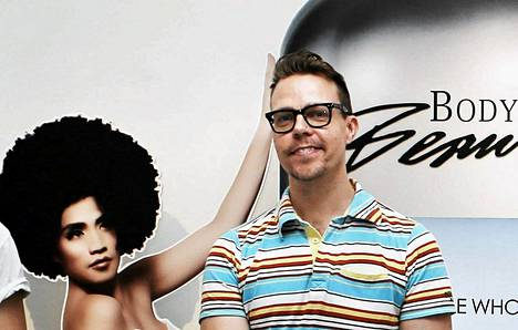 Taiteilija Tero Puha teoksen Body Beautiful (Remix) edessä. Teos oli Puhan ja Teemu Muurimäen yhteistyön tulos, joka oli mukana Amos Anderssonin taidemuseon Boutique-näyttelyssä viime vuonna.