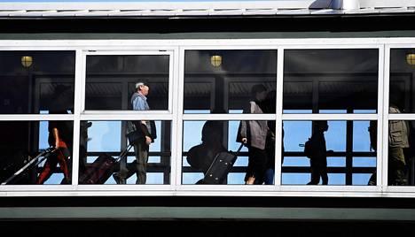 Matkustajia menossa Tallinnaan menevälle Silja Europa -laivalle Länsisatamassa Helsingissä heinäkuussa 2020.