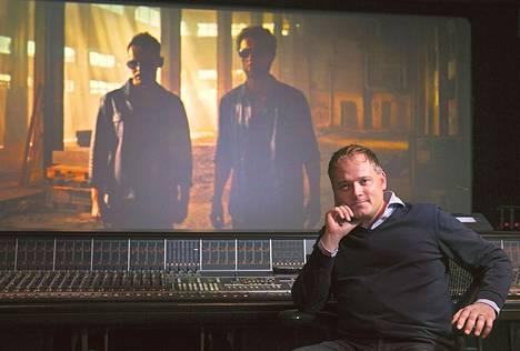 Hannu Salonen katsoo uutta Varesta miksaamossa Katajanokalla. Hän on juuri saanut valmiiksi seitsemännen Vares-elokuvan.