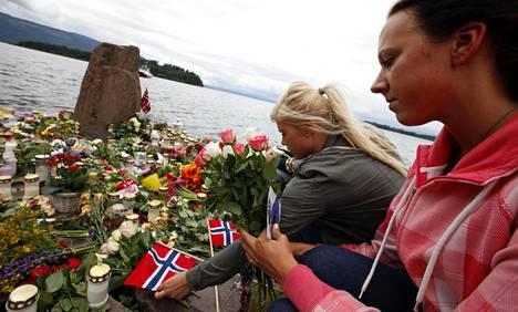 UTØYAN ISKU. Oslossa ja sen lähistöllä tehtiin 22. heinäkuuta terrori-isku, jossa kuoli yhteensä 77 ihmistä. Suurin osa surmatuista oli Utøyan saarella olleita norjalaisia nuoria. Kuvassa kukkia ja muistokynttiöitä tuodaan Utøyan vastarannalle.