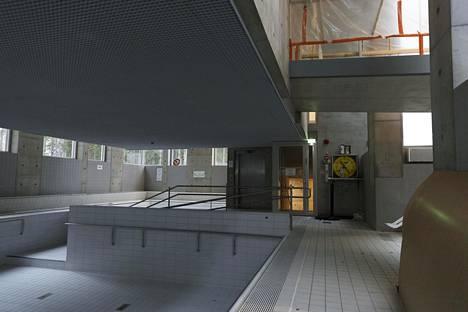 Tapiolan uimahallin vuonna 2005 valmistuneessa laajennusosassa sijaitsee muun muassa terapia-allas. Myös uuden osan altaassa on samanlaisia kosteusongelmia kuin alkuperäisissä altaissa.