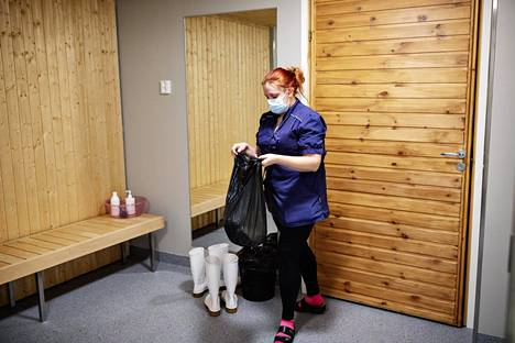 Pipsa Lehtimäki empties the rubbish bins in the nursing home in Jaspis.