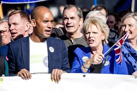 Konservatiivien ja työväenpuolueen kansanedustajat Chuka Umunna ja Anna Soubry vaativat uutta brexit-kansanäänestystä. Kaksikko osallistui kansanäänestystä vaativalle marssille lokakuussa Lontoossa.