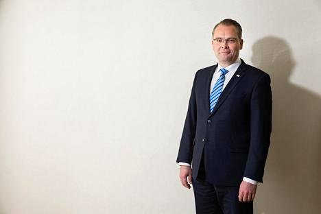 Puolustusministeri Jussi Niinistö (sin) sanoo päättävänsä kesän aikana, lähteekö hän vielä johonkin vaaleihin ehdolle.