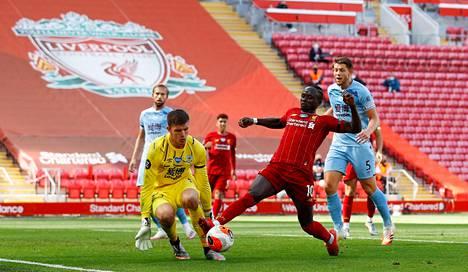 Liverpoolin Sadio Mane yritti saada pallon Burnleyn maalivahdin Nick Popen taakse. Liverpool varmisti Valioliigan mestaruutensa jo hyvissä ajoin.