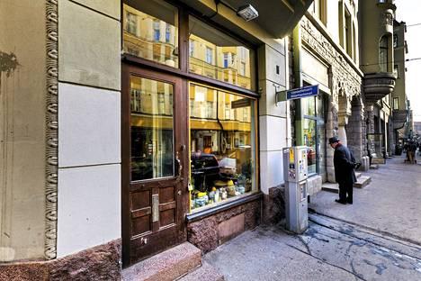 Ravintola Kolon sisäänkäynti on Fredrikinkadulla Helsingissä.