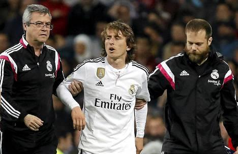 Real Madridin Luka Modric autettiin pois kentältä hänen satutettuaan polvensa, kun Realin ja Malagan välistä ottelua oli pelattu tunnin verran.