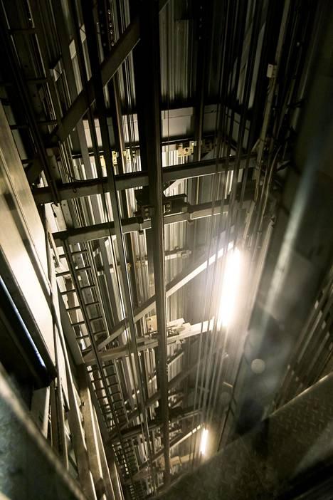 Hissivalmistaja Kone testaa pilvenpiirtäjiin tarkoitettuja hissejä Lohjalla jopa 350 metrin syvyyteen ulottuvissa kuiluissa.