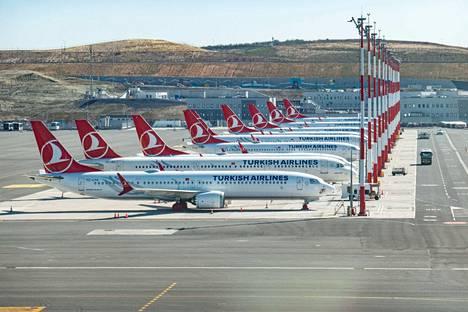 Liikenteestä poistettua Turkish Airlinesin lentokonerivistöä Istanbulin IST LTFM -kentällä 18. maaliskuuta.