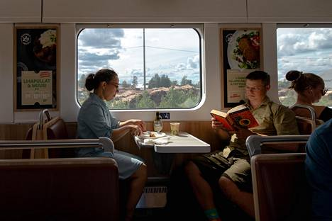 Toisilleen tuntemattomat Anne Mannerkoski ja Toni Korpimäki istuivat vastakkain junan ravintolavaunussa. Vieraiden lähettyvillä matkustaminen ei erityisemmin pelota kumpaakaan.
