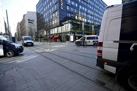 Poliisiautoja Helsingin keskustassa sunnuntaina 18. huhtikuuta 2021. Poliisi sulki katuja koronavirustoimia vastustavalta mielenosoituskulkueelta.