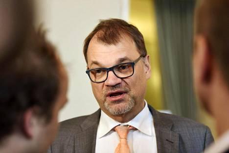 Pääministeri Juha Sipilä ja useat muut keskustan johtajat ovat vierastaneet kentän ajatusta vastikkeettomasta sosiaaliturvasta, sillä he pelkäisivät sellaisen johtavan laiskotteluun.