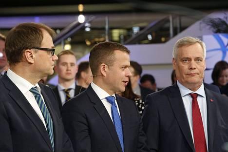 Kolmen suurimman puolueen puheenjohtajat Juha Sipilä (kesk), Petteri Orpo (kok) ja Antti Rinne (sd) kuntavaalien vaalivalvojaisissa huhtikuussa 2017.