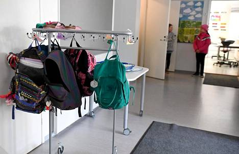 Lauttasaaren ala-asteen 3CD-luokan oppilaat aloittivat koulunkäynnin omalla koululla torstaina.