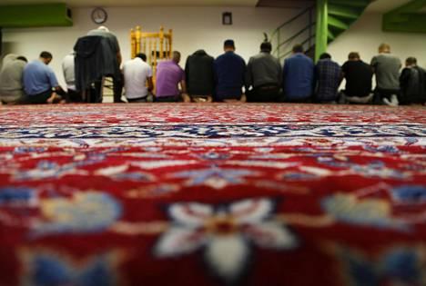 Miehiä rukoilemassa islamilaisessa keskuksessa Prahassa.
