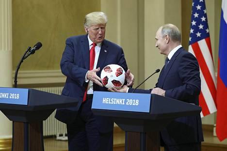 Donald Trump sai tapaamisen jälkeisessä lehdistötilaisuudessa Vladimir Putinilta jalkapallon.