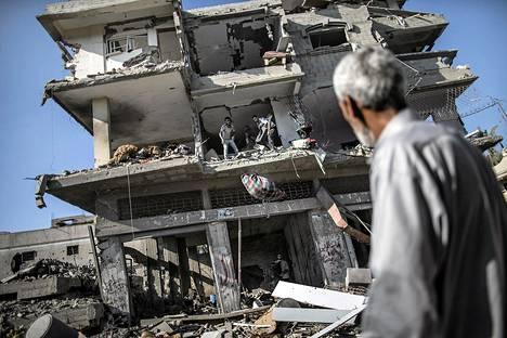 Palestiinalainen katsoo tuhottua taloa Gazassa 27. heinäkuuta.