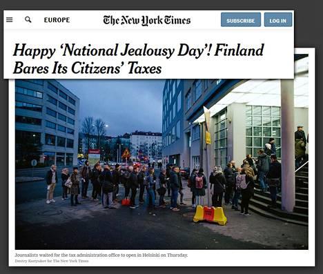 New York Timesin nettiartikkelin avauskuvassa suomalaistoimittajat jonottavat verotietojen julkistustilaisuuteen Helsingissä varhain torstaiaamuna.