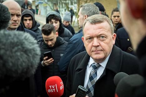 """Tanskan pääministeri Lars Løkke Rasmussen vastasi toimittajien kysymyksiin vieraillessaan keväällä maahanmuuttajavaltaisessa lähiössä Korsørissa. Vierailu liittyi hallituksen ajamaan """"ghettolakipakettiin""""."""