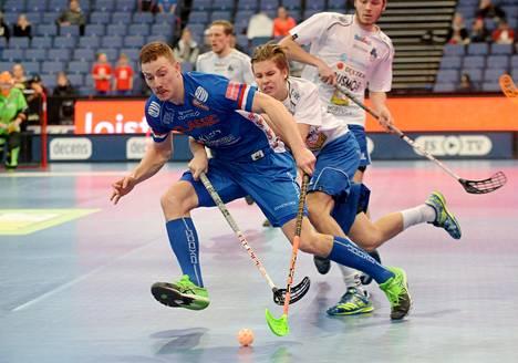 Classicin Eemeli Salin ja EräViikinkien Marko Juselius kamppailivat miesten Salibandyliigan Superfinaalissa huhtikuussa. Classic voitti ottelussa SM-kultaa.