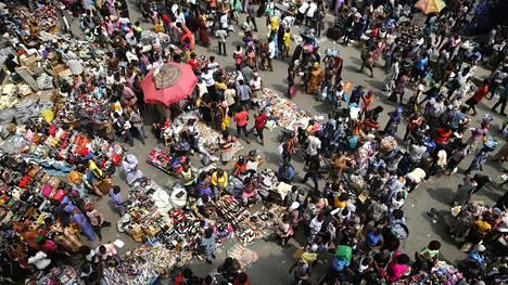 Ihmiset pakkautuvat markkinoille jouluaattona Lagosissa Nigeriassa.