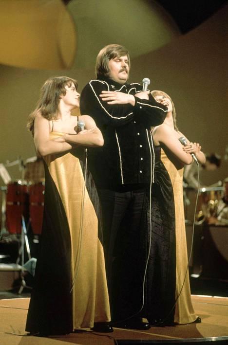 Fredi eli Matti Siitonen voitti Suomen viisukarsinnat vuonna 1976 laulullaan Pylly vasten pyllyä – pump pump. Mukana olivat myös Titta Jokinen ja Anneli Koivisto.