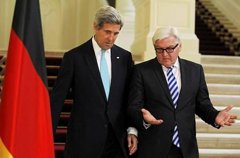 Yhdusvaltain ulkoministeri John Kerry (vas.) ja Saksan ulkoministeri Frank-Walter Steinmeier matkalla lehdistötilaisuuteen Wienissä sunnuntaina.