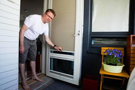 Mikko Simonaho on kesäisin suojannut asuntoaan kuumuudelta alumiinifoliolla ja kaihtimilla.