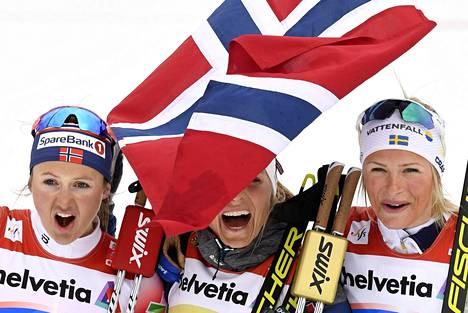 Mitalistit Ingvild Flugstad Østberg (vas.), Therese Johaug ja Frida Karlsson pitivät hauskaa kuvaajien edessä.