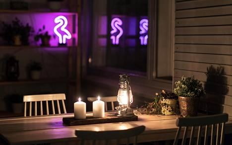 Parvekkeella voi käyttää monenlaisia valoja, vaikkei sähköä olisikaan. Myrskylyhdyn tuoksu tuo retkitunnelmaa ja sitä katsellessa unohtaa hetkeksi, että ollaan urbaanissa Helsingissä.