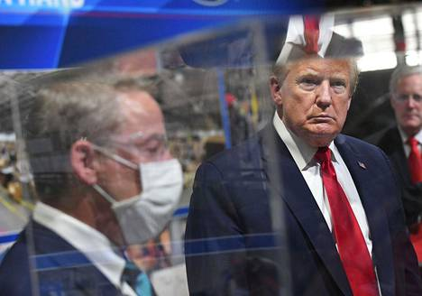 Fordin hallituksen puheenjohtaja Bill Ford ja Yhdysvaltain presidentti Donald Trump Fordin autotehtaalla Michiganin Ypsilantissa torstaina.